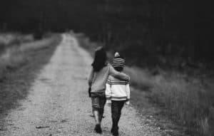 Sfondo amici che camminano in strada